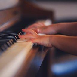 Klavier, Musik, Kultur, Kunst, Kind, unsplash.com, Clark Young