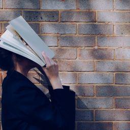 Frau, Buch, Wissenschaft, Vertrauen, unsplash.com, Siora Photography